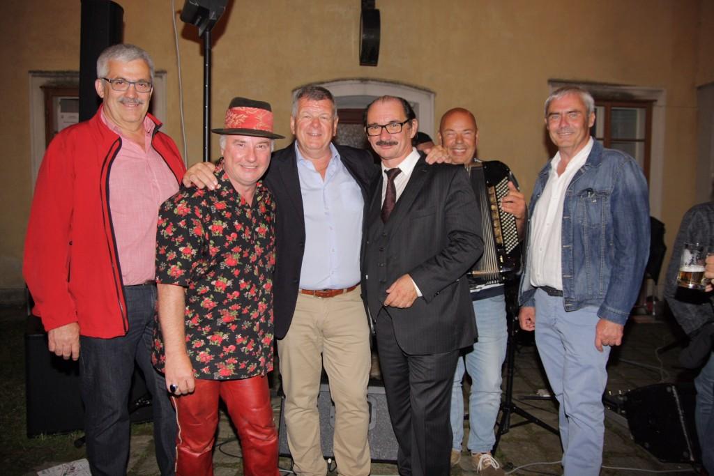 Bürgermeister Manfred Mitmasser (Bildmitte) sowie Vize Gerhard Leeb (l.) und Amtsleiter Heinrich Wagner (r.) freuten sich mit dem Hans-Ecker-Trio über den Erfolg des Festes. fo Leonhartsbeger